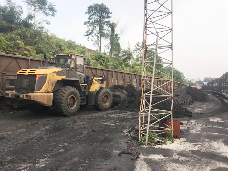 柳州货场大型机械-铲车、洒水车、抓斗机