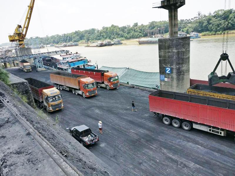 贵港码头卸船装车现场